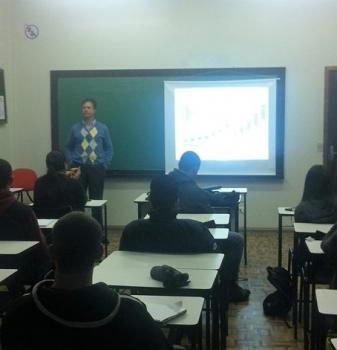 Acadêmicos de Administração assistem aula especial com profissional da VOLVO DO BRASIL